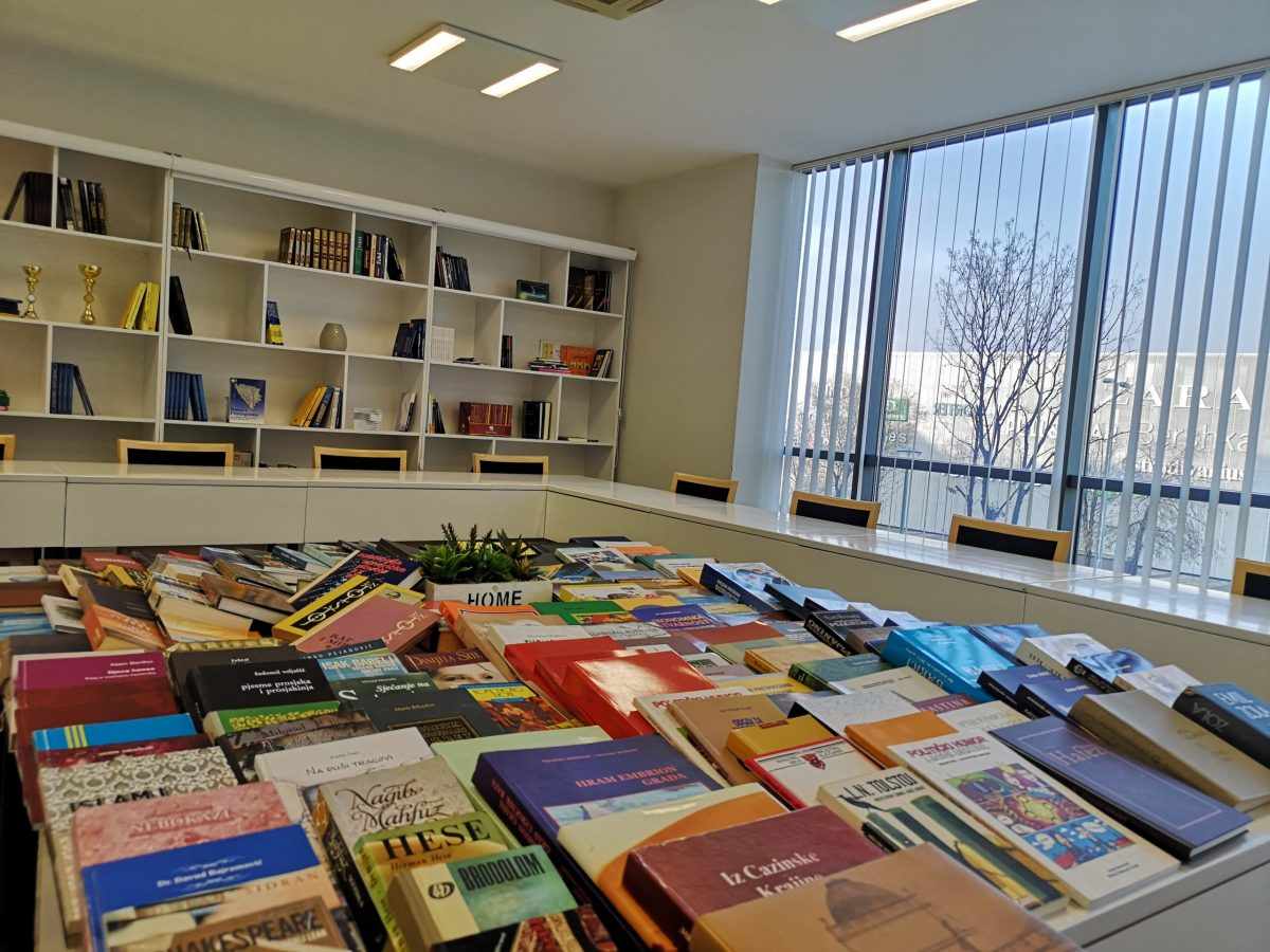 Vrijedna donacija: JU Narodna i univerzitetska biblioteka 'Derviš Sušić' donirala hotelu Dorrah preko 150 vrijednih naslova